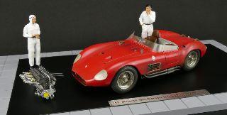 Plastico CMC Maserati 300 S 1/18 con 2 figure,motore e vetrina